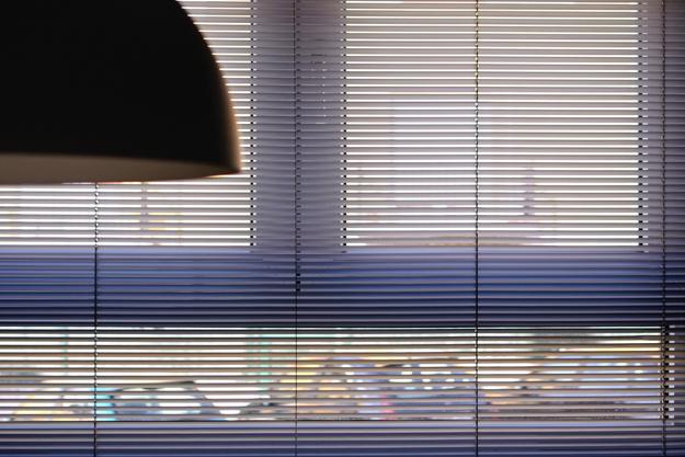 Tipos de cortinas a elegir para tu cocina kocina sevilla - Colocar persiana enrollable ...