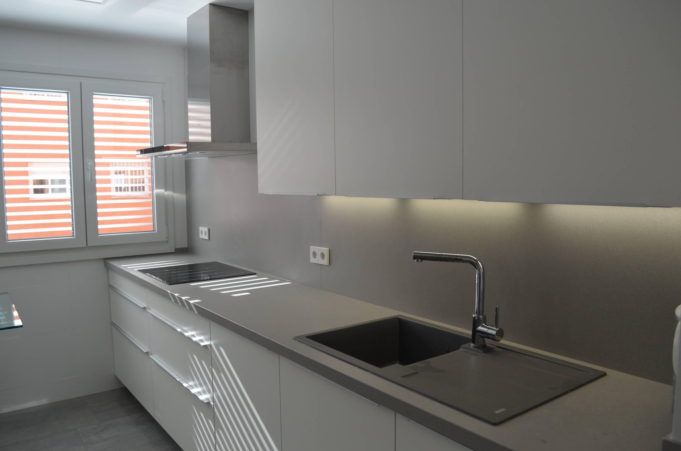 Cocina blanca mate juan carlos e isabel kocina sevilla - Cocina con pared de cristal ...
