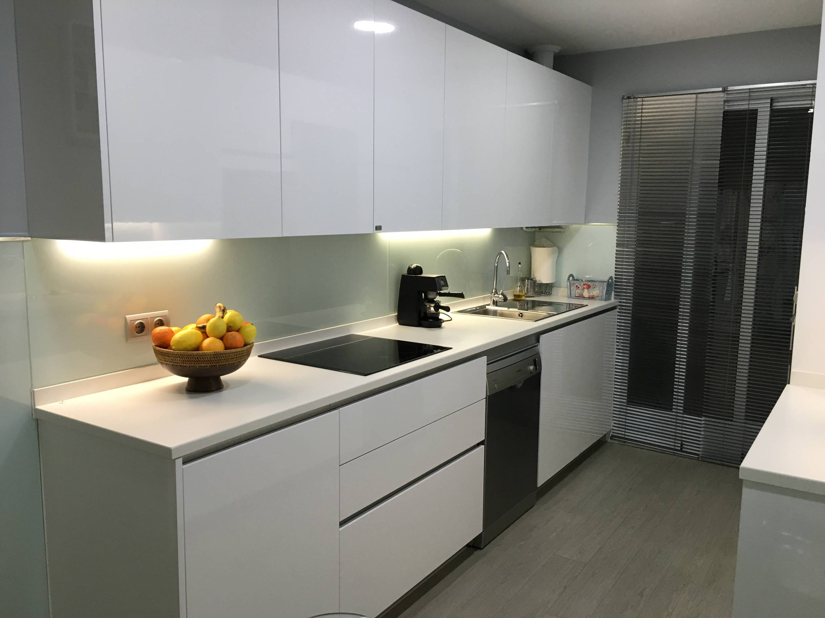 Muebles de cocina blancos sin tiradores ideas interesantes para dise ar los - Cocina sin tiradores ...